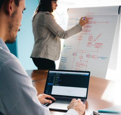 Pessoas trabalhando com processos e computadores